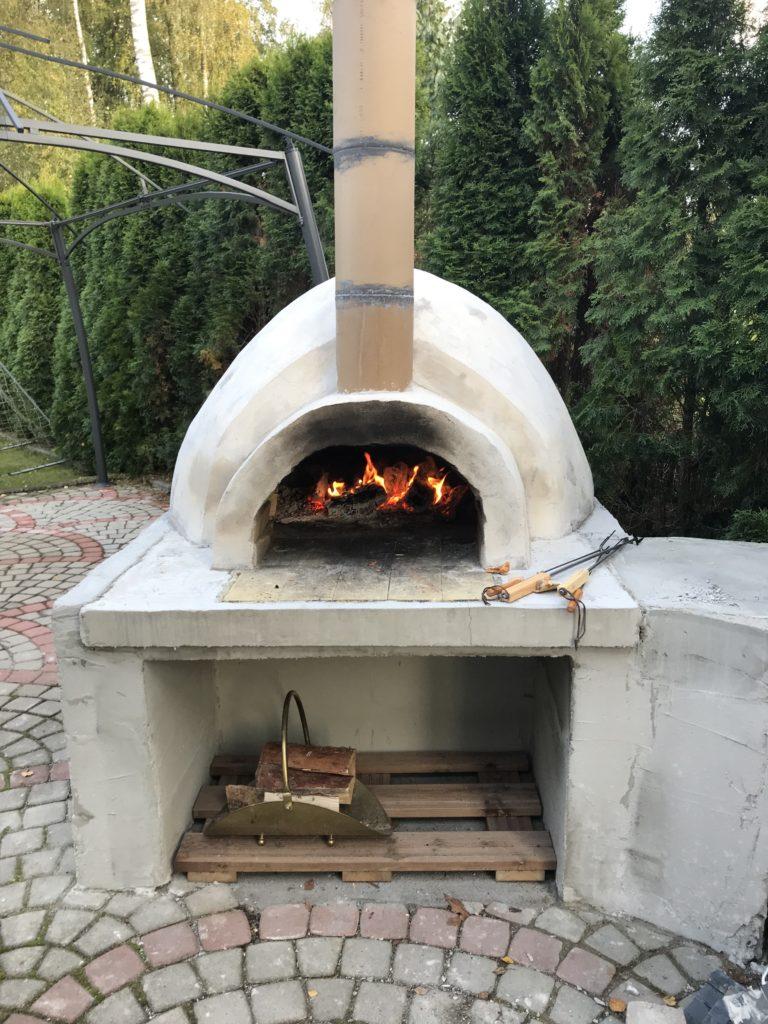 Ensimmäiset tulet melkein valmiissa pizzauunissa