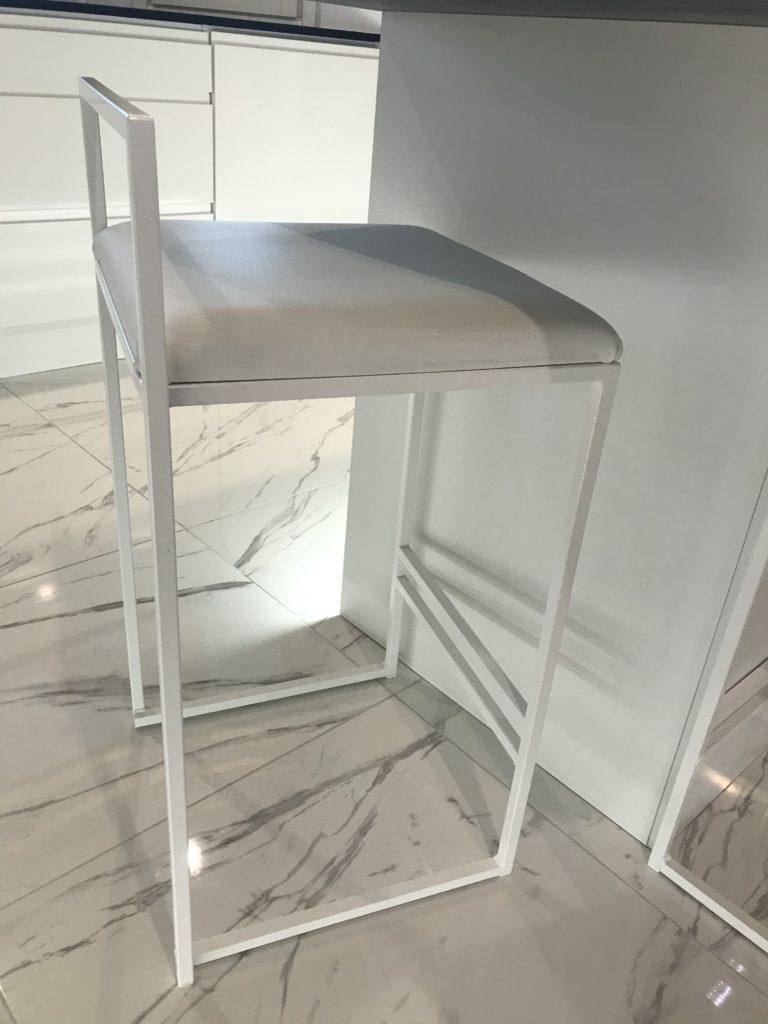 Istuinkorkeus by Crea baarituolissa on 66cm ja tason väliin jää 24cm tilaa.