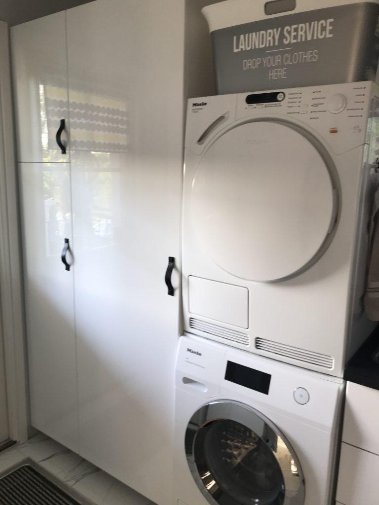 Kodinhoitohuoneen siivouskaappi ja kausikoristekaappi.