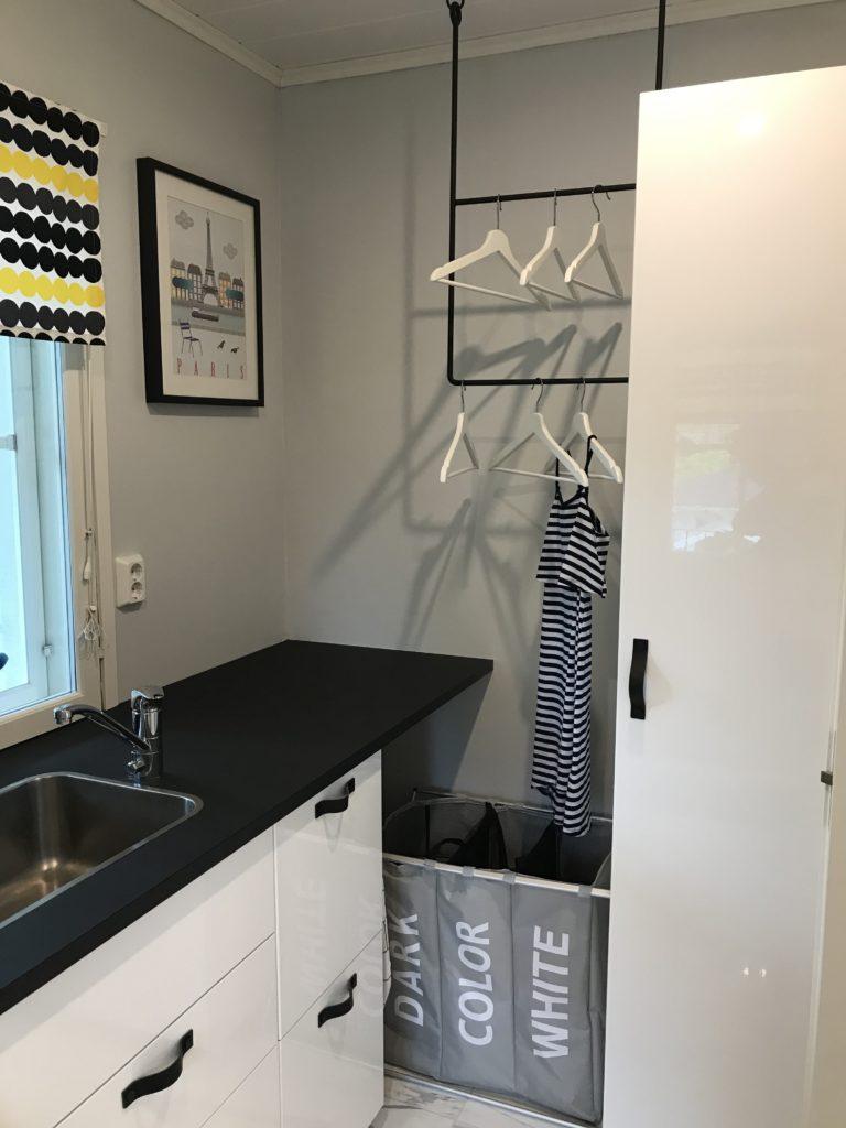 Täältä löytyy pesuainekaappi ja kaksi työkalulaatikkoa. Pyykkikorista löytyy 3 eri lokeroa erivärisille pyykeille.