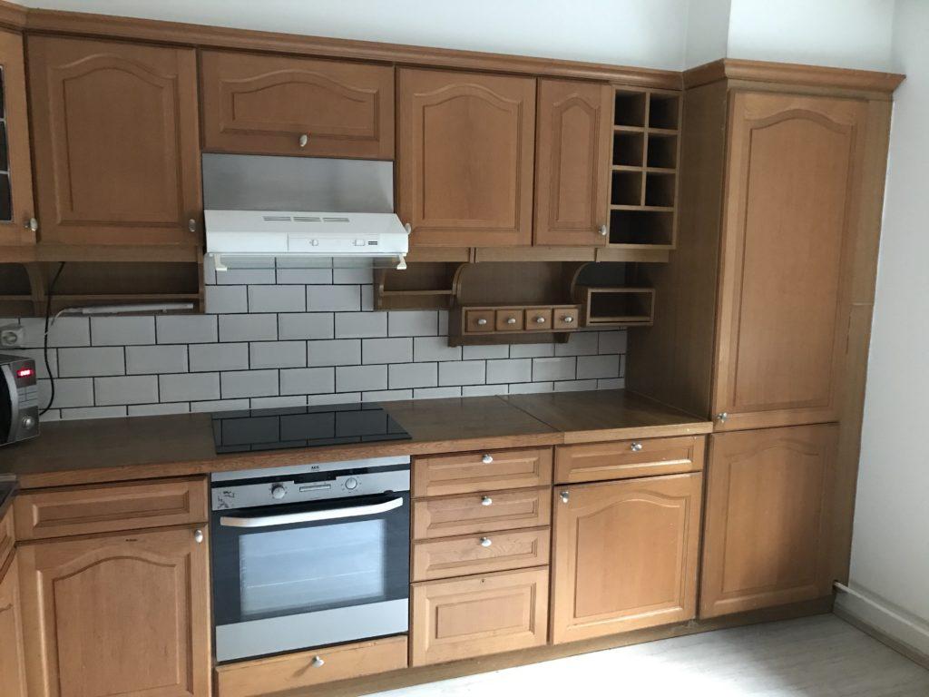 Keittiö jätettiin ennalleen. Vain keittolevy vaihdettiin ja seinät maalattiin ja lattia vaihdettiin.