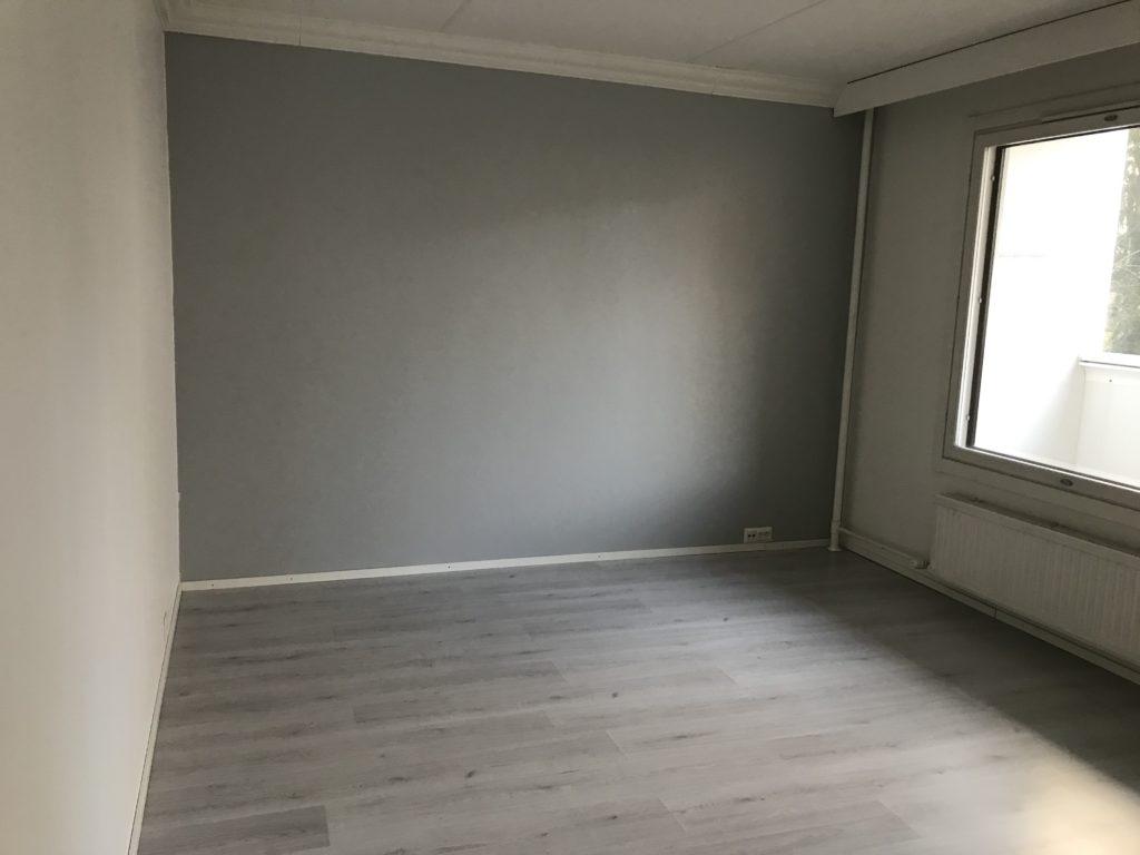 Olohuoneen seinä maalattuna.