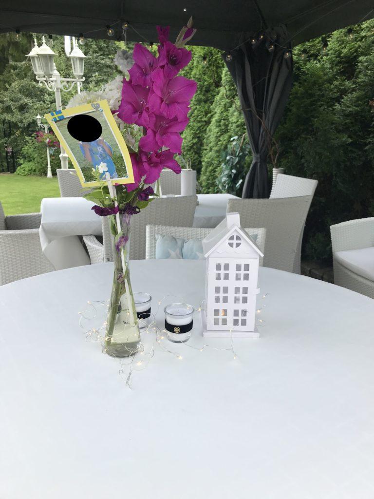 Pöydät katettuna ulkona.
