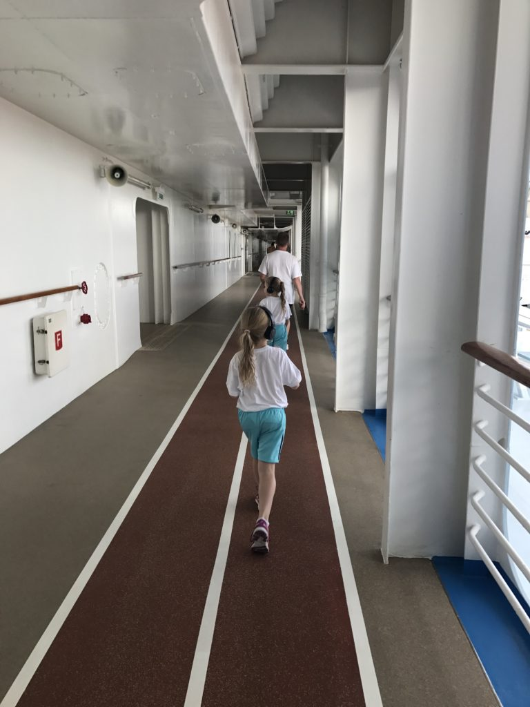Kuluttamassa päivän herkkuja laivan juoksuradalla. Karibian risteily - Lapsille