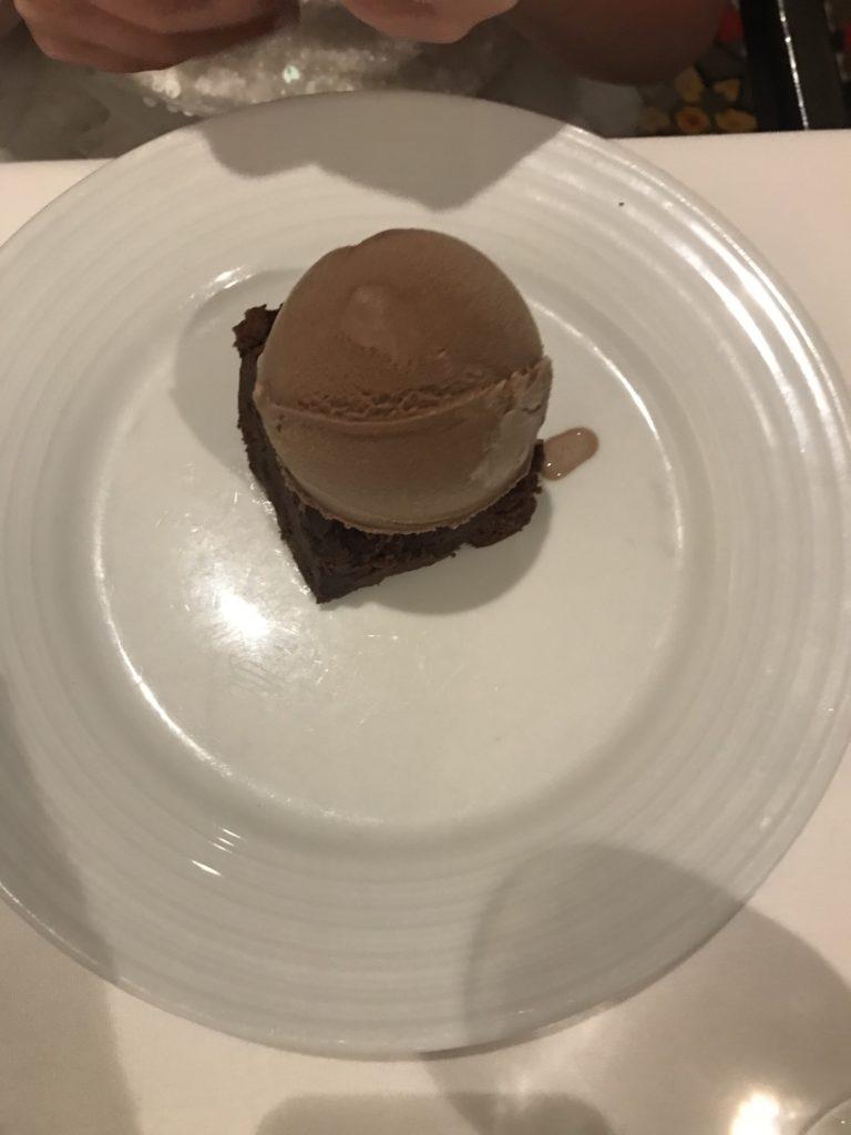 Karibian risteily - ruoka ja juoma Suklaakakkua suklaajäätelöllä Main Dining Roomissa;)