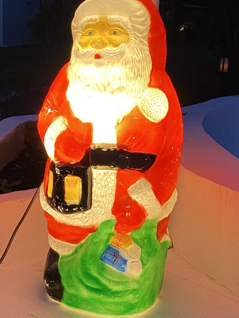 Joulupukki pihalla.