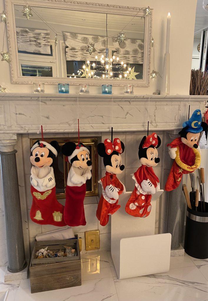 Jouluperinteet: Joulusukat takan reunuksella.