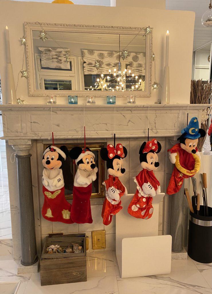 Disneyn Mikki ja Minni-joulusukat takan reunalla.