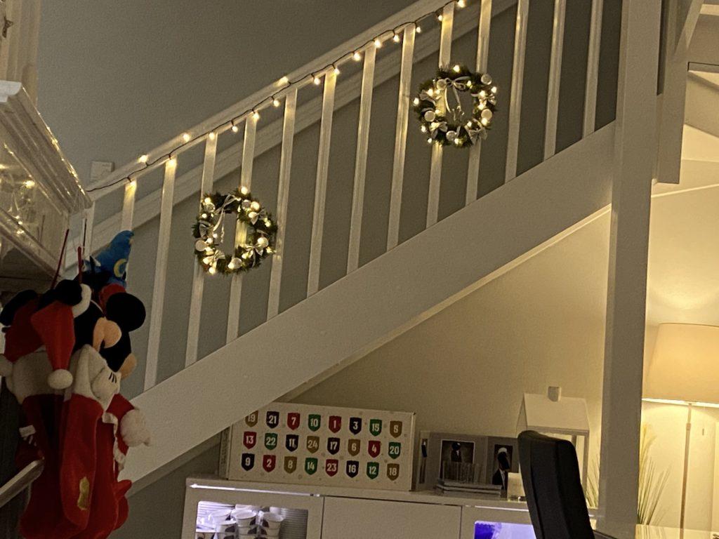 Itse tehdyt joulukranssit portaissa.