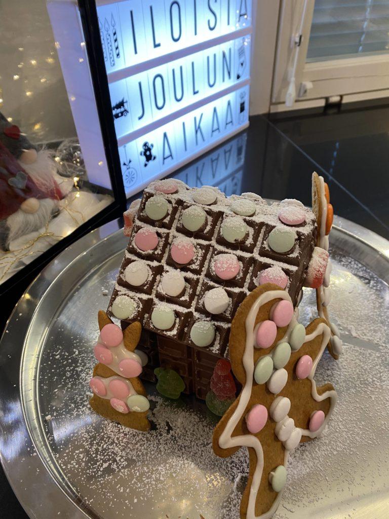Piparkakkutalo onkin Fazer suklaasta tehy suklaakakkutalo.