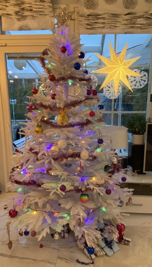Meidän perheen Jouluperinteet. Lasten koristelema joulukuusi.