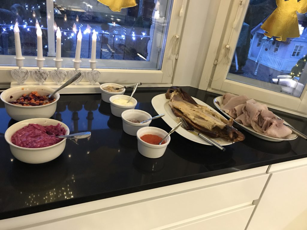 Kinkku-  ja kalapöytä.