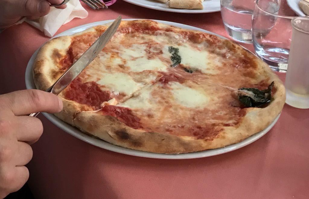 Välimeren risteily Margharita pizzaa Napolissa.