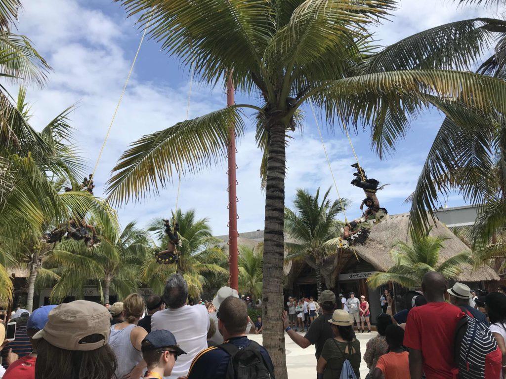 Costa Mayan satamassa, meksikolaisia esiintyjiä.