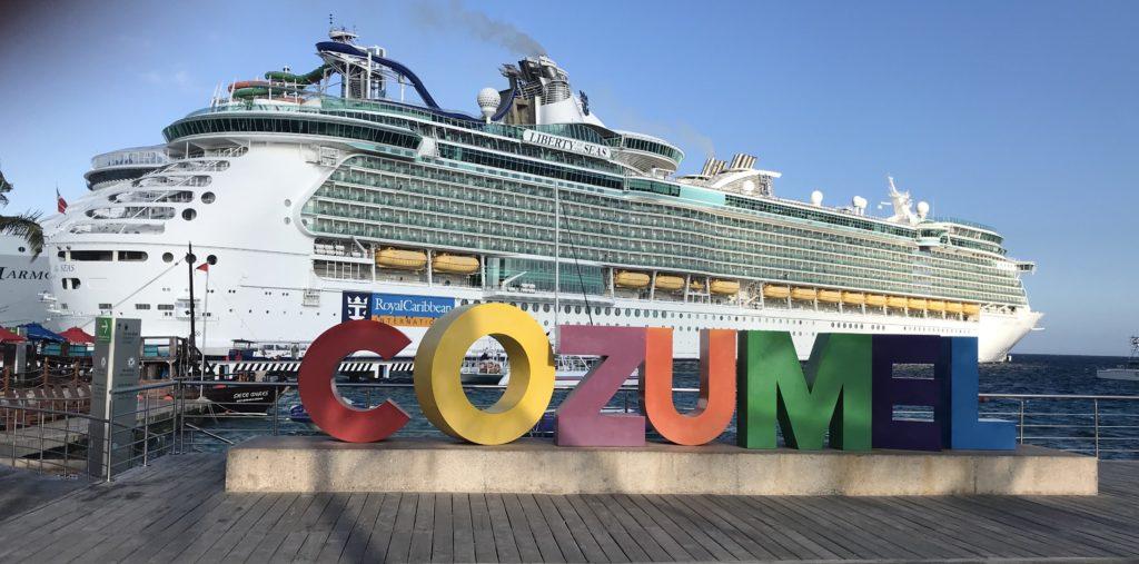 Karibialla Cozumelin satamassa.