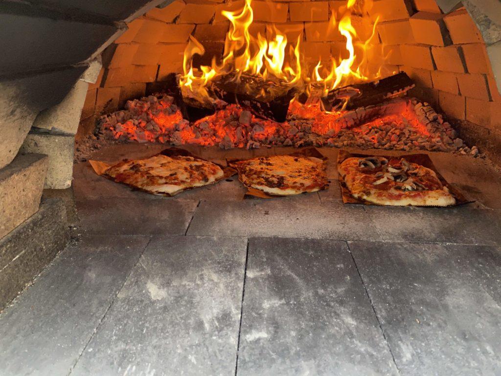 Pizzat pihan pizzauunissa.