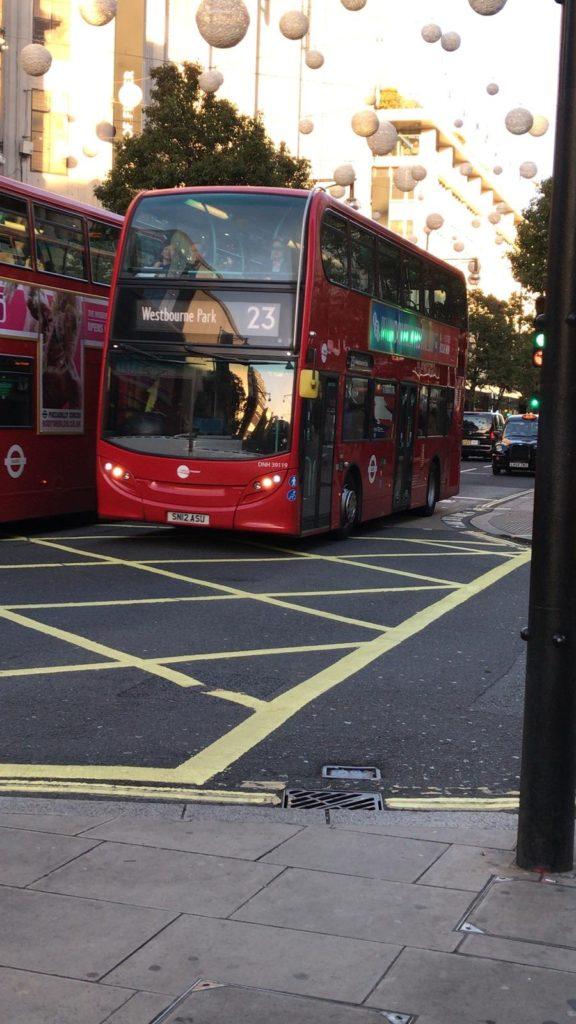 Lontoon katukuvan bussit.