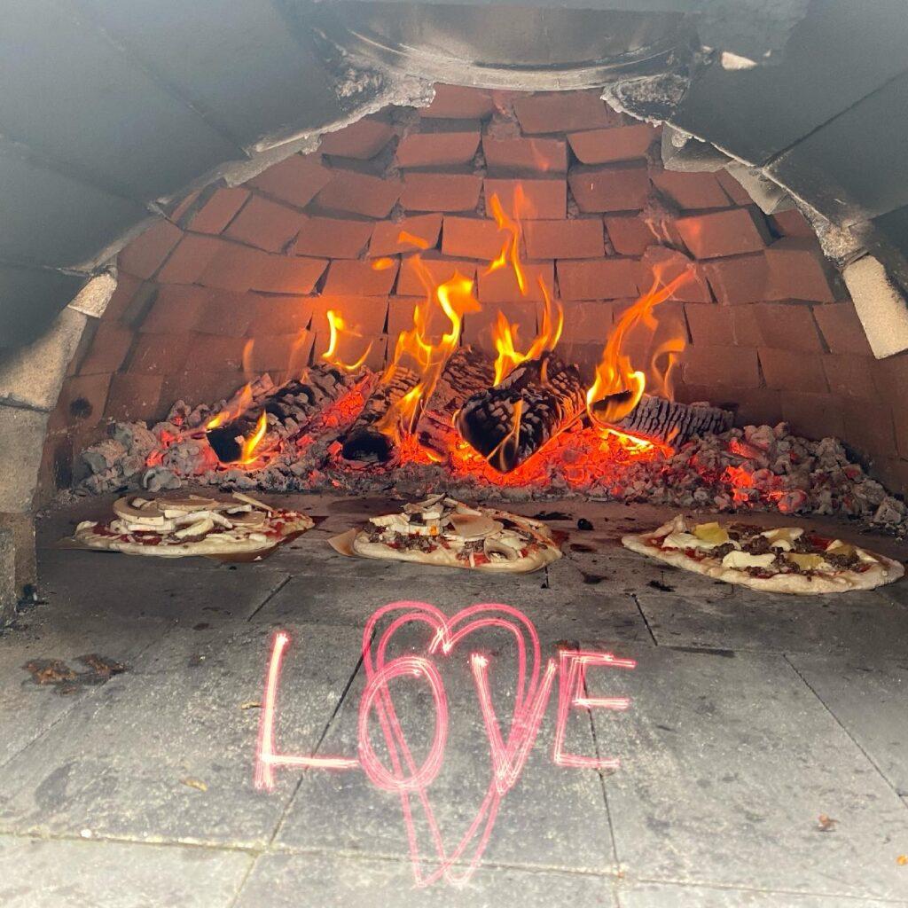 Pizzat paistumassa pizzauunissa.