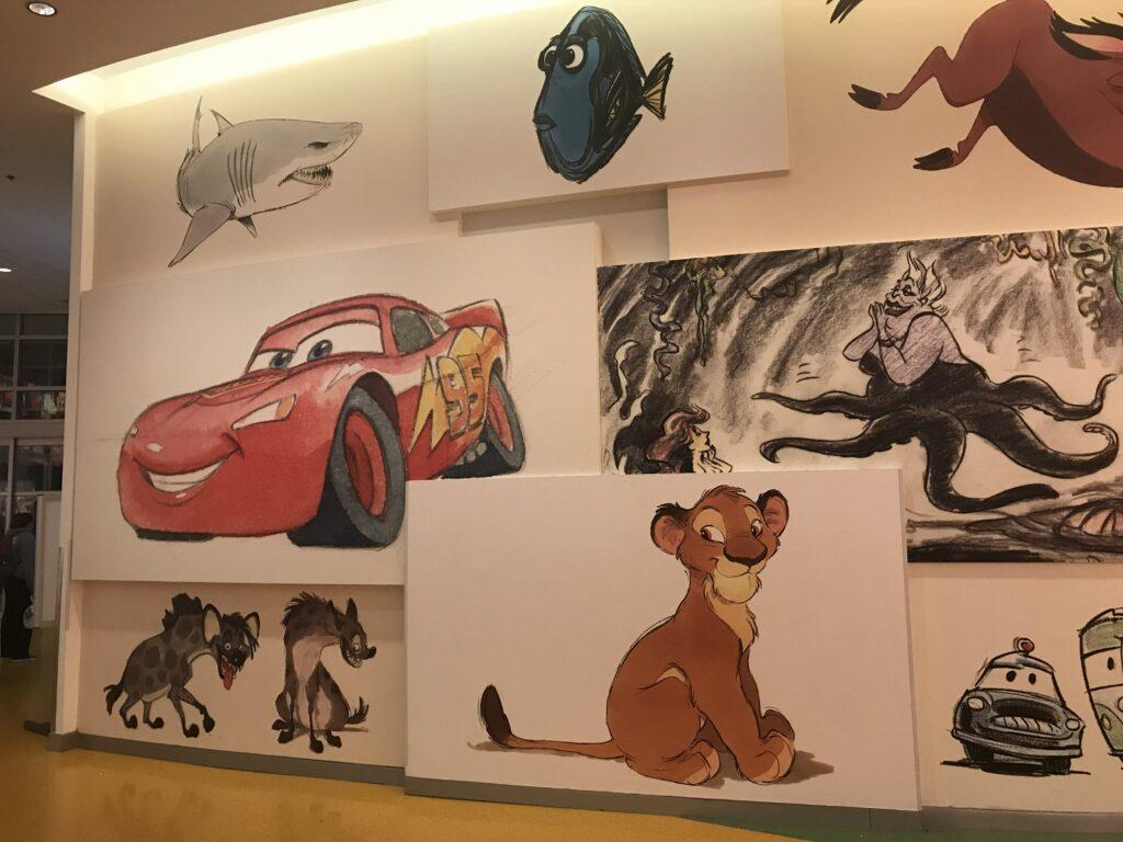 Art of Animation- hotellin aulan taideteoksia.