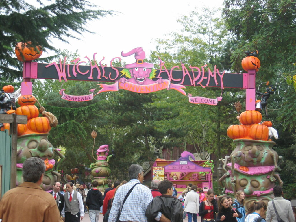 Halloween koristelua puistossa.