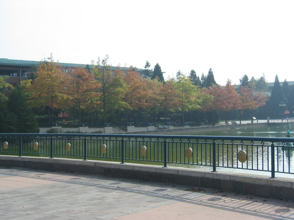 Disney-järveltä näkymä Sequia Lodge-hotelliin.