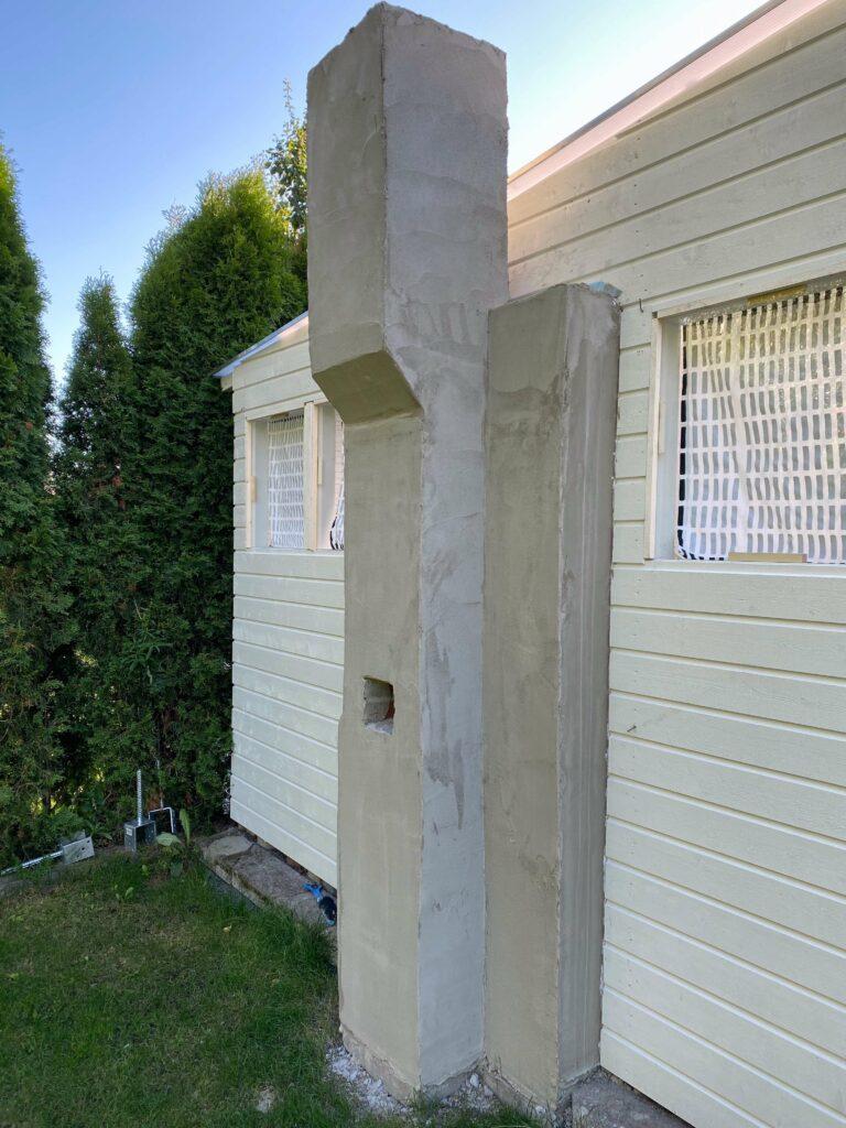 Takan muuraaminen pihalle osa 3. Hormi ulkopuolelta, vielä maalaamatta.