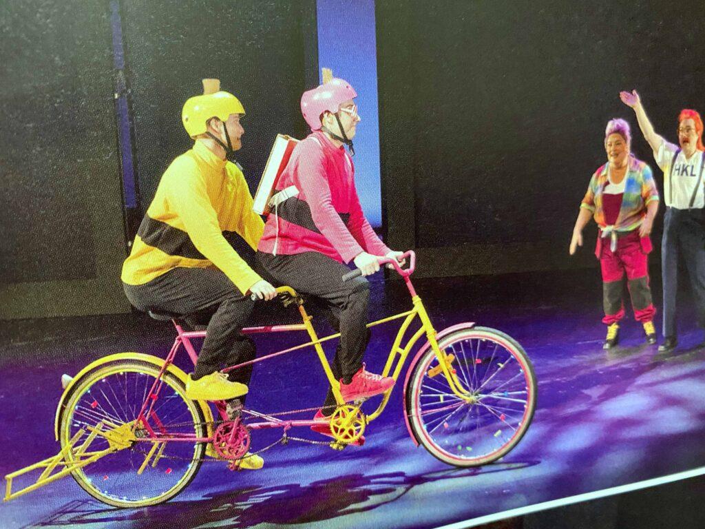 Tatu ja Patu ajavat pyörällä Helsingin kaupunginteatterin näytöksessä.